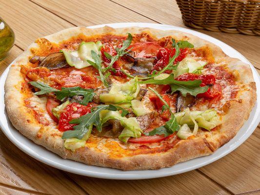 Пицца с баклажаном, цукини, томатами