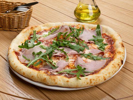 Пицца с вяленым окороком, страчателлой и рукколой