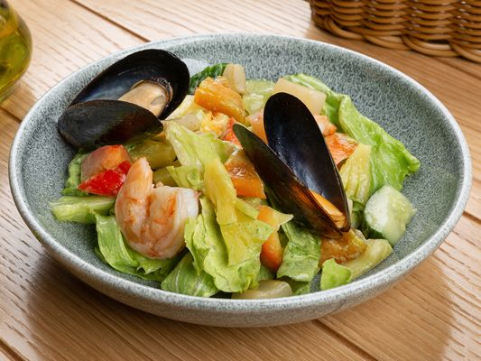 Морепродукты, ананас и зелёный соус