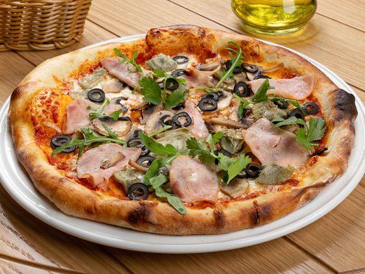 Пицца с артишоками, ветчиной, грибами и оливками