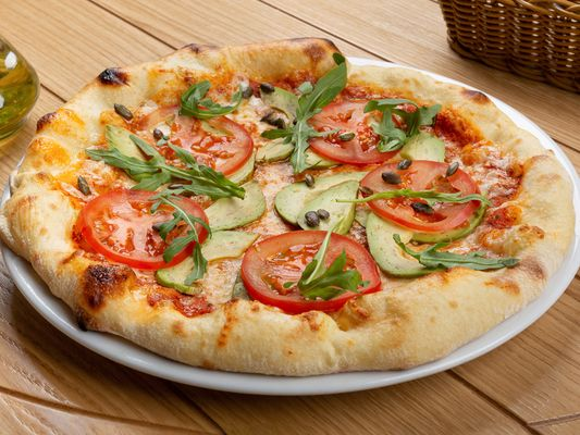 Пицца с авокадо, томатами и тыквенными семечками