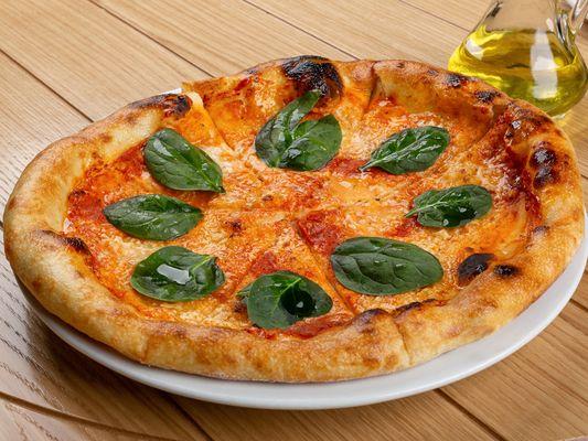 Пицца со шпинатом и сыром страчателла